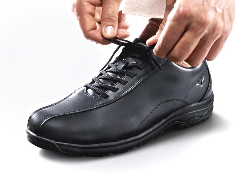 正しい靴の履き方をレクチャーします。